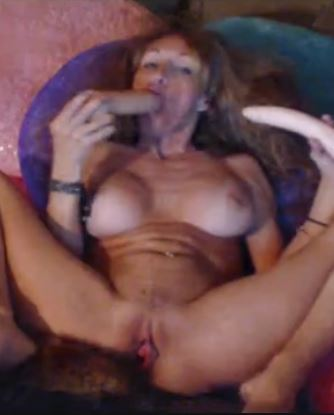 Milf Meganfoxxx toying her pussy and ass at the same time in this cam show